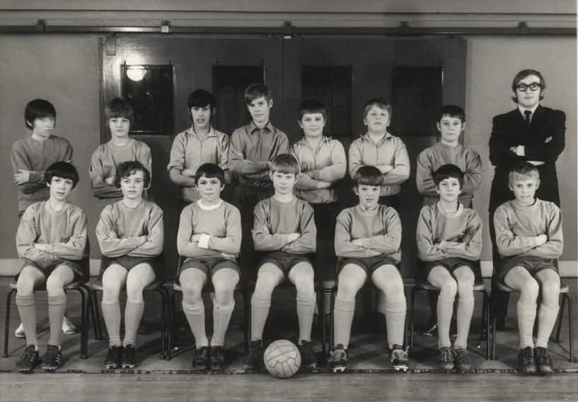 Школьная футбольная команда. Шону - 13 лет, он второй слева в верхнем ряду